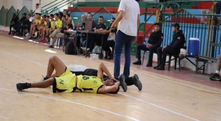 إصابة الحكم الدولي حسين حمدان في مباراة دير البلح وغزة الرياضي