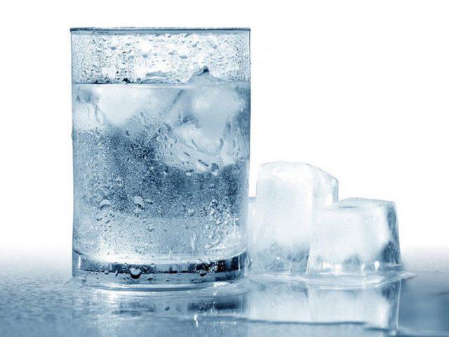ما هي خطورة شرب الماء البارد؟