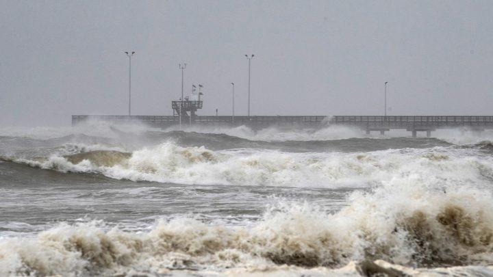 """اعصار """"هانا"""" يضرب ساحل جنوب ولاية تكساس الأمريكية"""