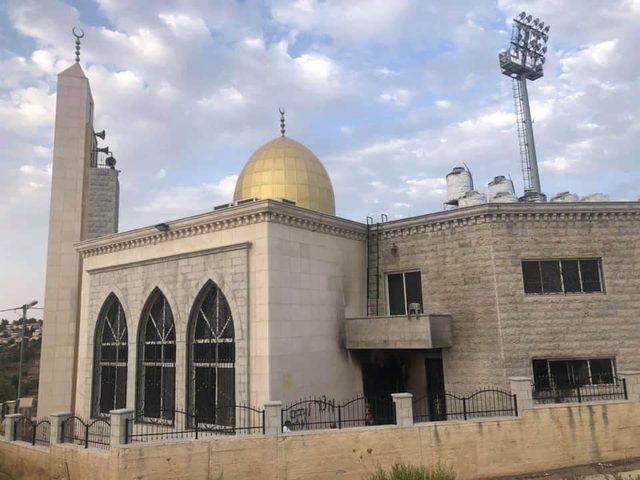 مستوطنون يحرقون أجزاء من مسجد البر والإحسان في البيرة
