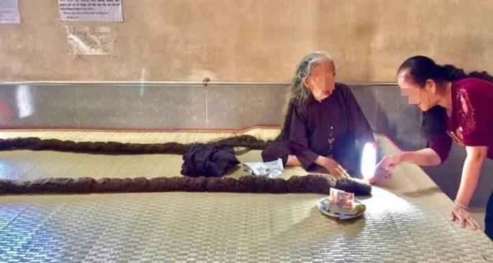طوله 6 أمتار.. عجوز فيتنامية تتوقف عن قص شعرها منذ 64 عاما !