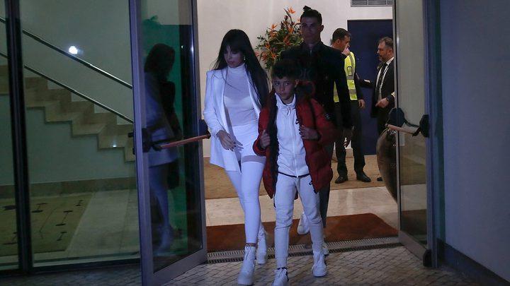رونالدو يحتفل مع عائلته بلقب الدوري الإيطالي على متن يخت