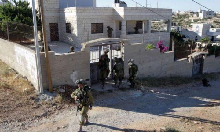 الاحتلال يخطر بهدم منزلين شرق الخليل