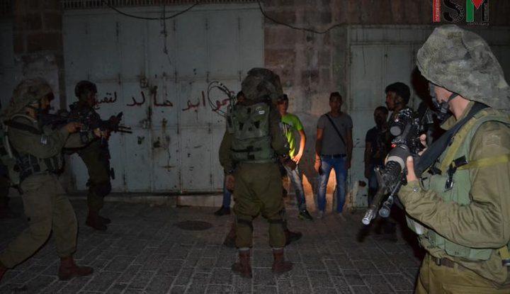 الاحتلال يداهم منازل المواطنيين ويعتقل شابا من الخليل