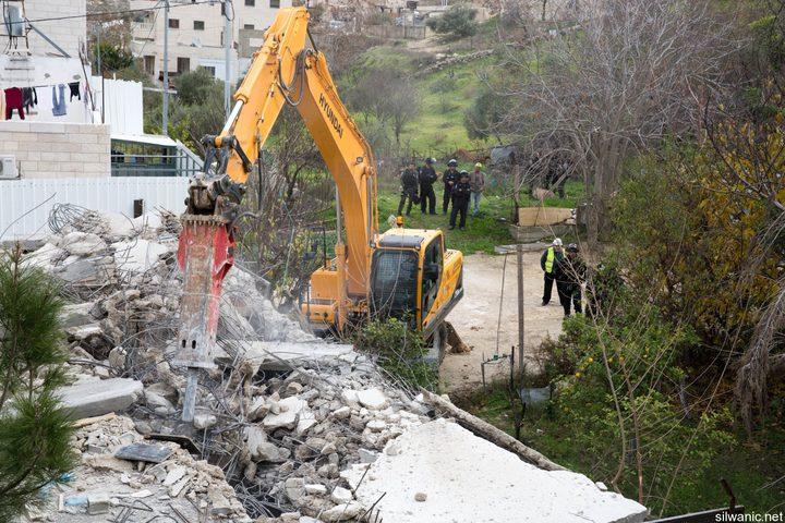الخليل: الاحتلال يهدم أساسات منزل قيد الإنشاء في بلدة بيت عوا