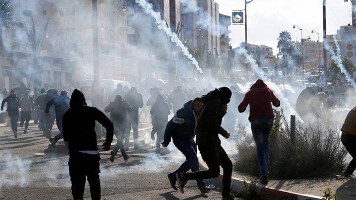 الاحتلال يصيب عدد من المواطنيين بالاختناق خلال مواجهات في كفر عقب