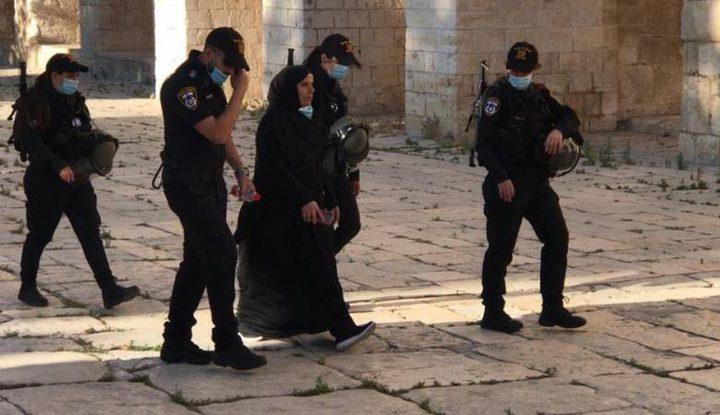 الاحتلال يعتقل فتاة ويبعد حارسا عن الأقصى