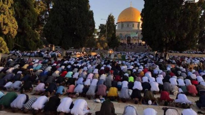 نحو 27 الف مواطن يؤدون صلاة عيد الاضحى في المسجد الاقصى