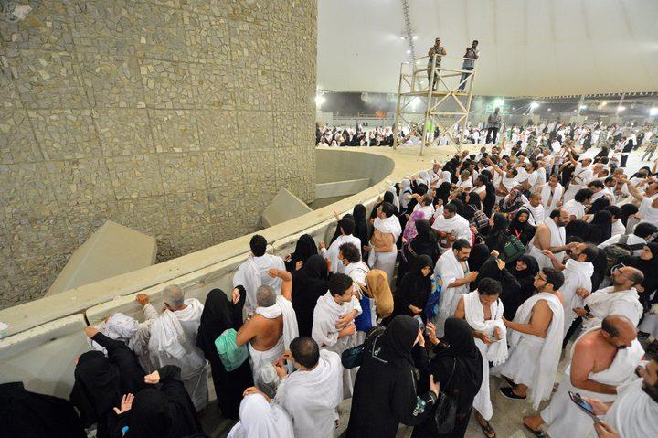 الحجاج يرمون جمرة العقبة الكبرى في أول أيام عيد الاضحى المبارك