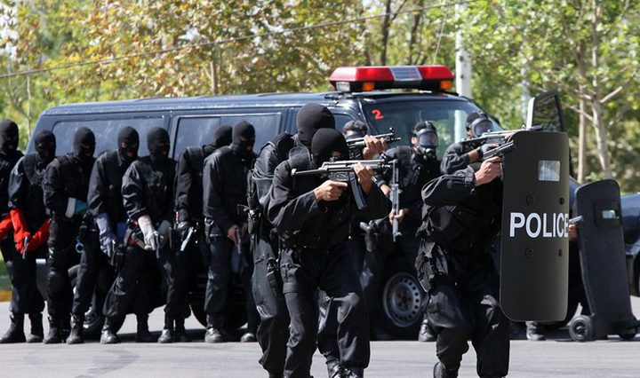 طهران تقبض على زعيم جماعة تتخذ من الولايات المتحدة مقرا