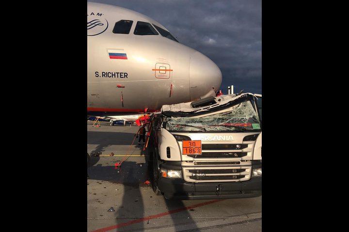 اصطدام صهريج وقود بطائرة في مطار قرب العاصمة الروسية