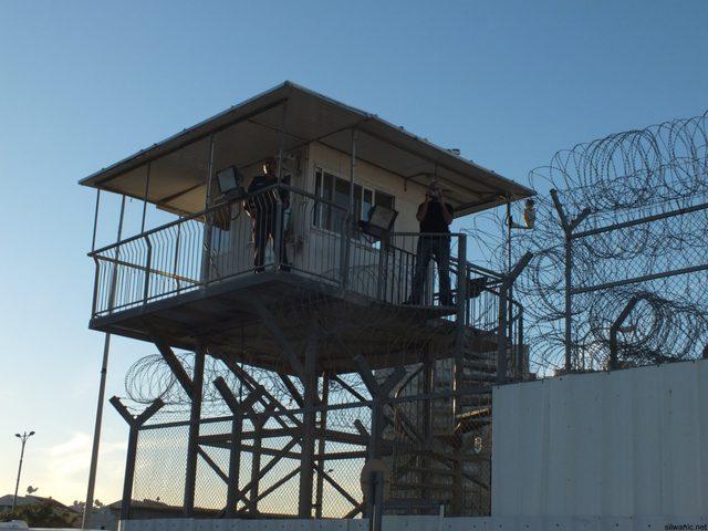 نقل الأسير خليل أبو عرام إلى الزنازين في سجون الاحتلال