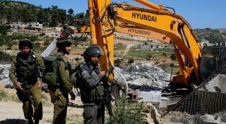 قوات الاحتلال تخطر بوقف العمل في مسكنين شرق يطا