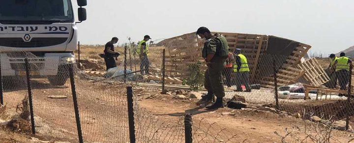 الاحتلال يفكك غرفتين زراعيتين قرب العيسوية ويستولي على معداتهما