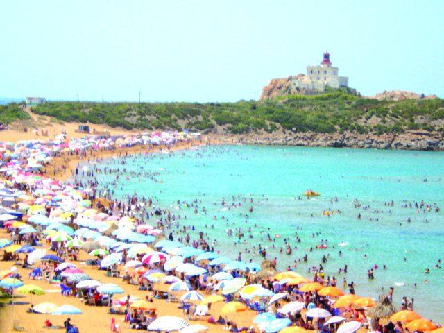 الصحة العالمية: زيارة الشواطئ سبب رئيسي في زيادة إصابات كورونا