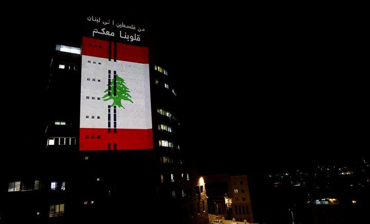 إضاءة مقر الإذاعة والتلفزيون في رام الله بالعلم اللبناني