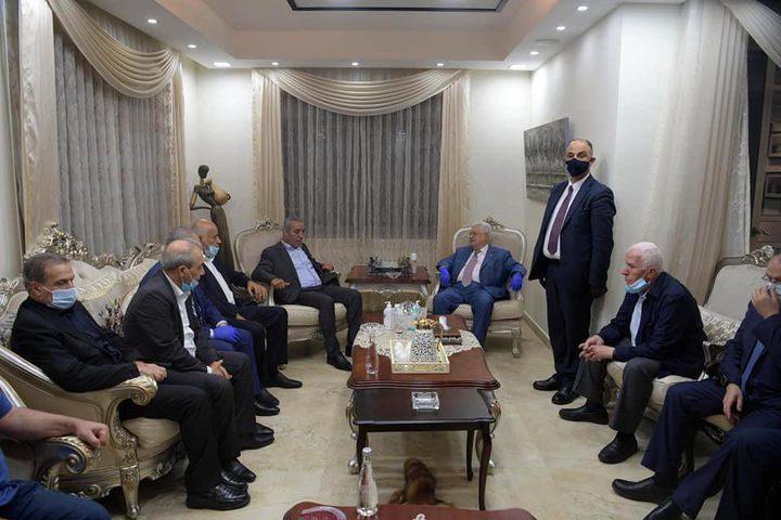 الرئيس عباس يقدم التعازي للوزير حسين الشيخ بوفاة شقيقه