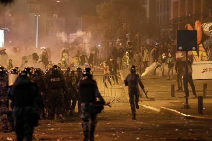 إصابات بين محتجين في بيروت واعتقال مدير المرفأ