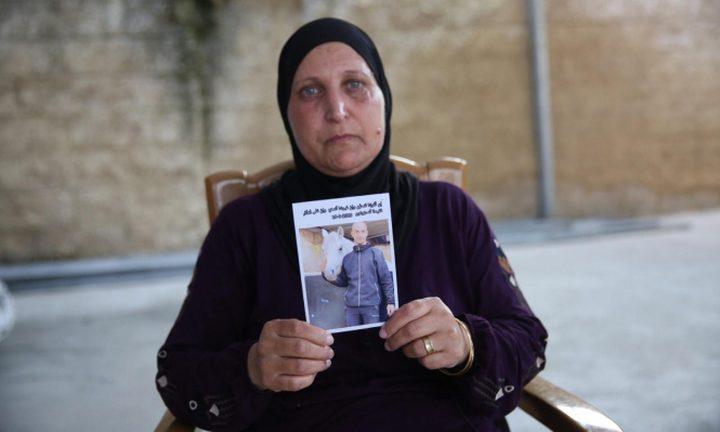 والدة الشاب خليل تطالب بالكشف عن قاتل إبنها