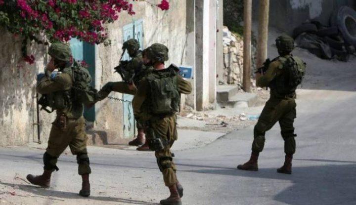 الخليل: الاحتلال يفتش منازل ويمنع مزارعين من الوصول إلى أراضيهم