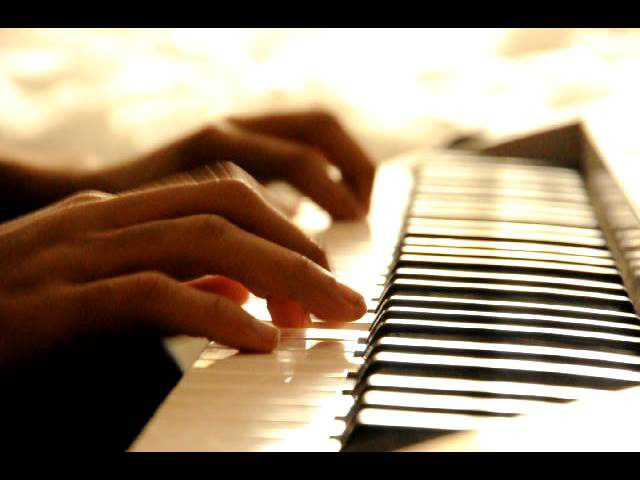 عجوز لبنانية تعزف على البيانو وسط حطام منزلها