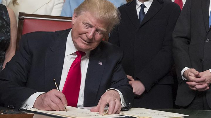 """ترامب يوقع قرار المساعدات بهدف """"إنقاذ الوظائف"""""""