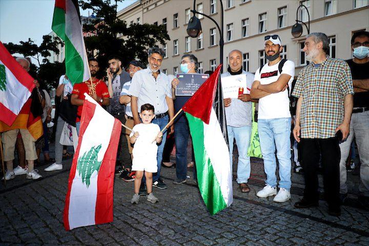 الفلسطينيون والأجانب يضيئون الشموع للتعبير عن تعازيهم للشعب اللبناني أثناء رفع العلم الوطني اللبناني ، في برلين ، ألمانيا ، في 8 أغسطس 2020.