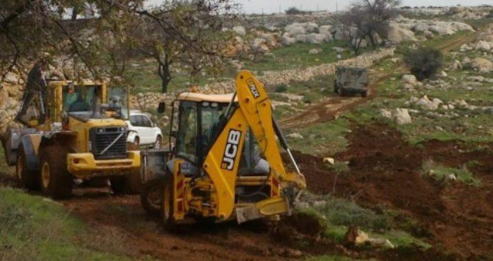 قوات الاحتلال تجرف أراضي زراعية جنوب قلقيلية
