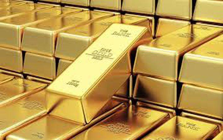الذهب يهبط مع تمسك الدولار بمكاسبه