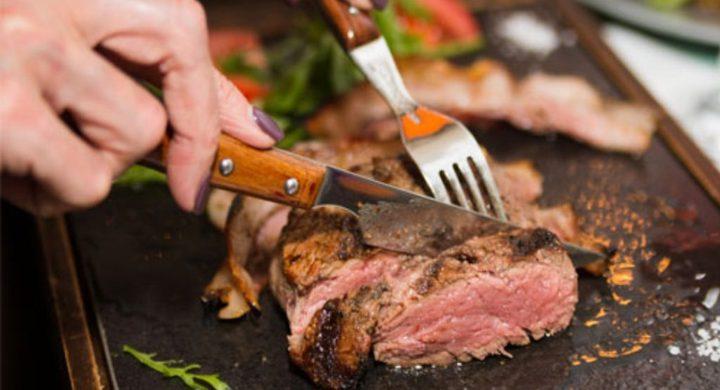 ما الفرق بين متوسط أعمار آكلي اللحوم والنباتيين ؟