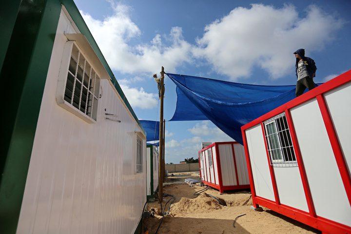 عمال فلسطينيون ينهون بناء المستشفى الميداني لإيواء مرضى كورونا