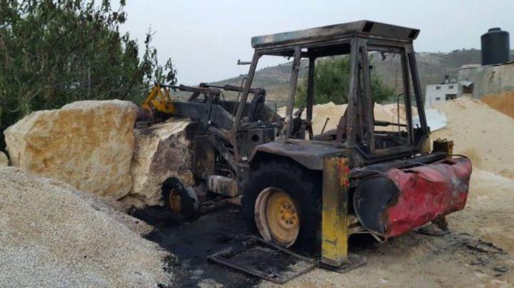 نابلس:مستوطنون يحرقون جرافة ويخطون شعارات عنصرية في عصيرة القبلية
