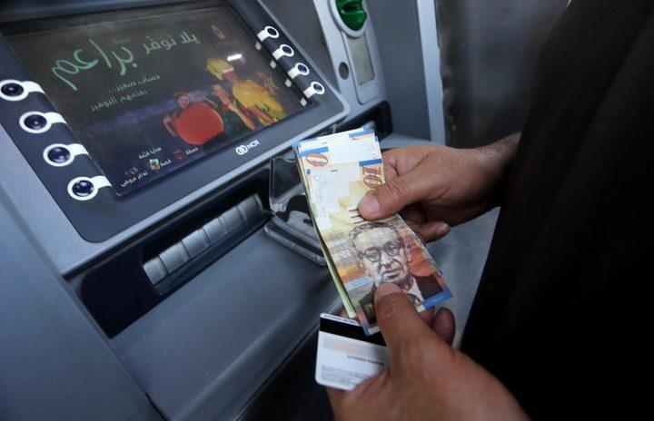 الشرطة تقبض على سيدة بشبهة سرقة بطاقة صراف آلي وسحب 6500 شيكل