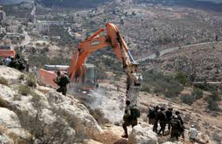 جرافات الاحتلال تواصل تجريف أراضي جنوب طولكرم