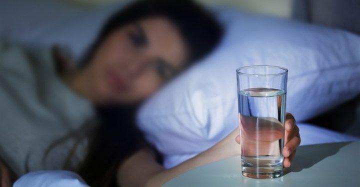 تجنبوا وضع كوب ماء قرب السرير لهذه الأسباب