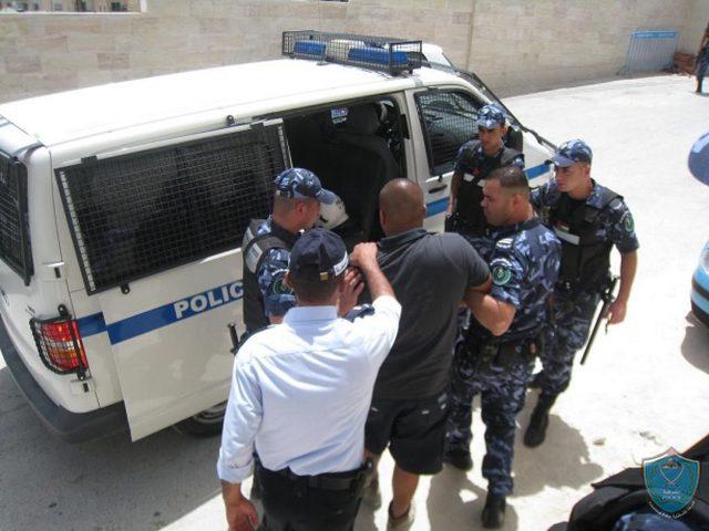 الشرطة تقبض على 4 اشخاص بحوزتهم مواد يشتبه أنها مخدره في رام الله
