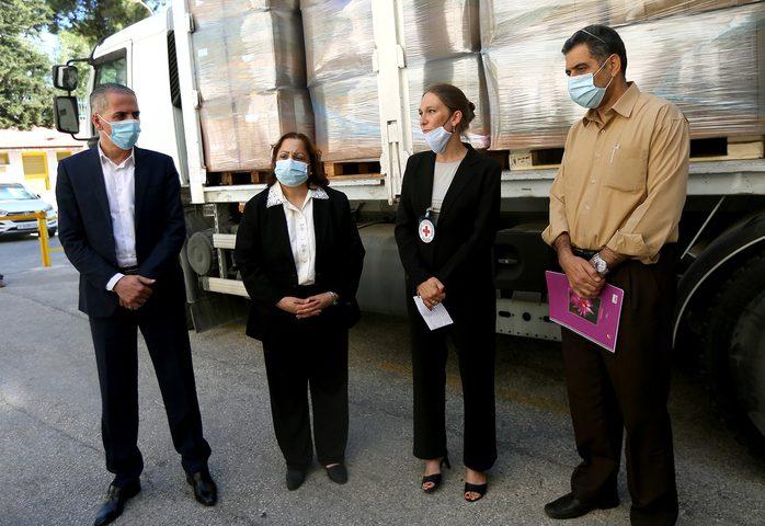"""الصحة تتسلم شحنة مساعدات من """"الصليب الأحمر"""" لمواجهة كورونا"""