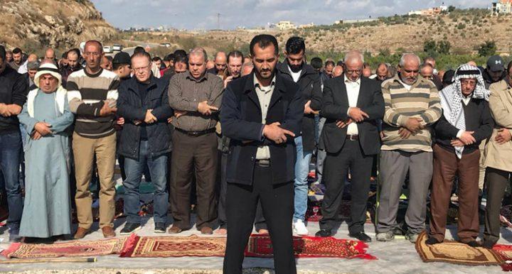 طولكرم: العشرات يؤدون الجمعة في الجبل الوسطاني المهدد بالاستيلاء