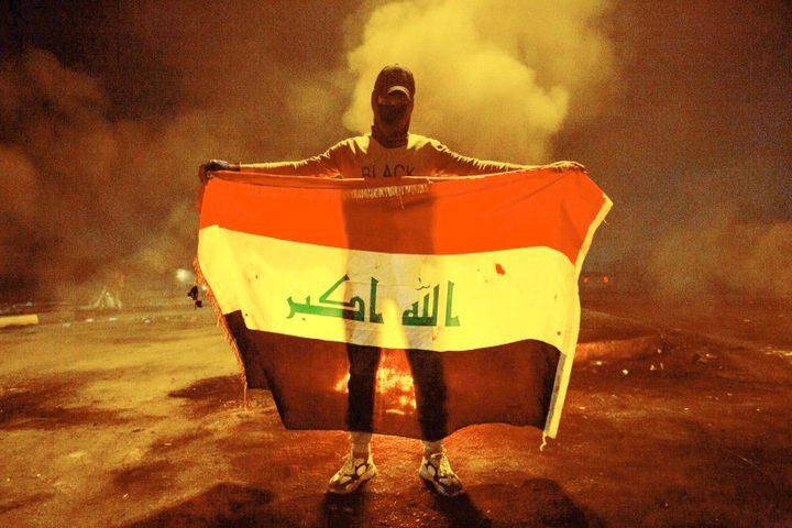 متظاهرون يحرقون مقر البرلمان في البصرة بالعراق