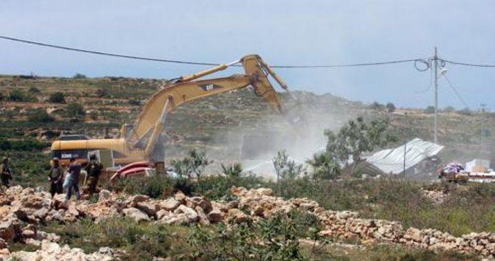 جرافات الاحتلال تهدم بركسات في رام الله