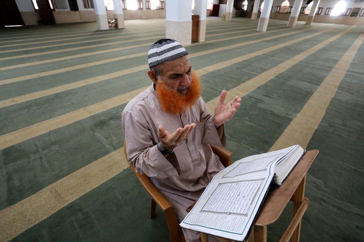 إمام المسجد الفلسطيني يصلي في مسجد يخلو من المصلين، بعد إغلاقه كإجراء احترازي من انتشار فيروس كورونا  خلال إغلاق لمدة 48 ساعة