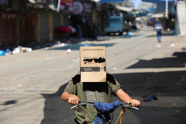 طفل فلسطيني يرتدي قناعًا كرتونيًا كإجراء احترازي من انتشار فيروس كورونا