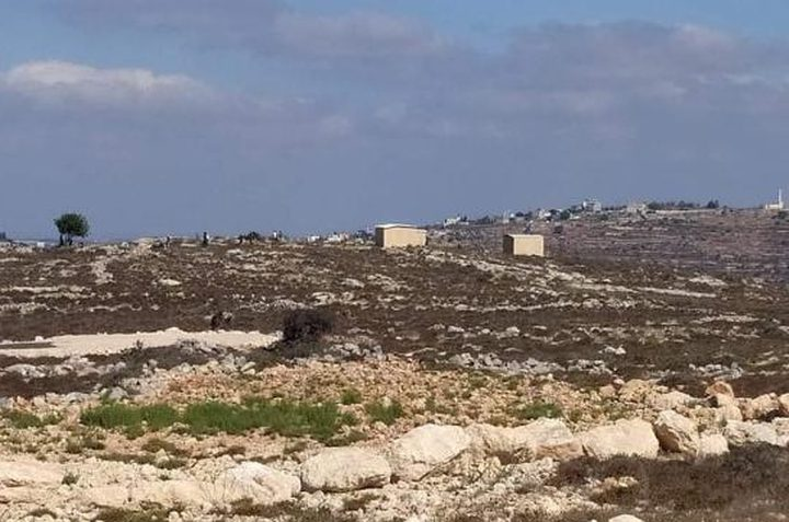 رام الله: مستوطنون يضعون بيوتًا متنقلة قرب سنجل