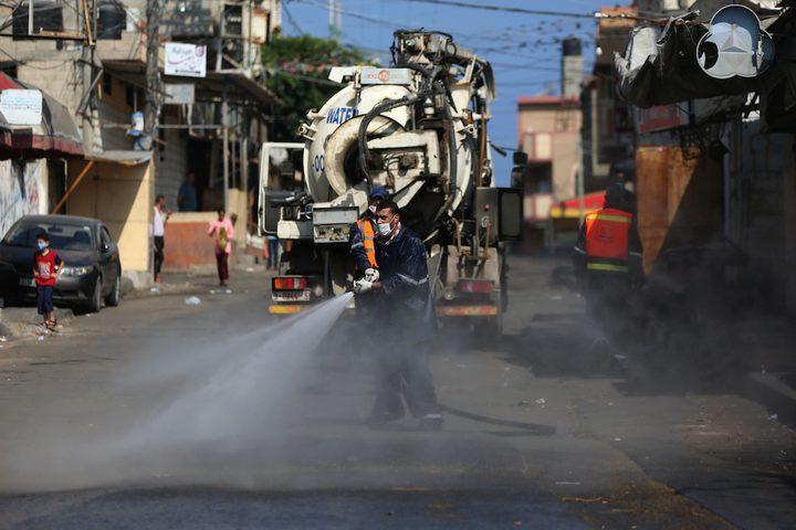 تعقيم الشوارع في دير البلح بقطاع غزة لمنع تفشي فيروس كورونا