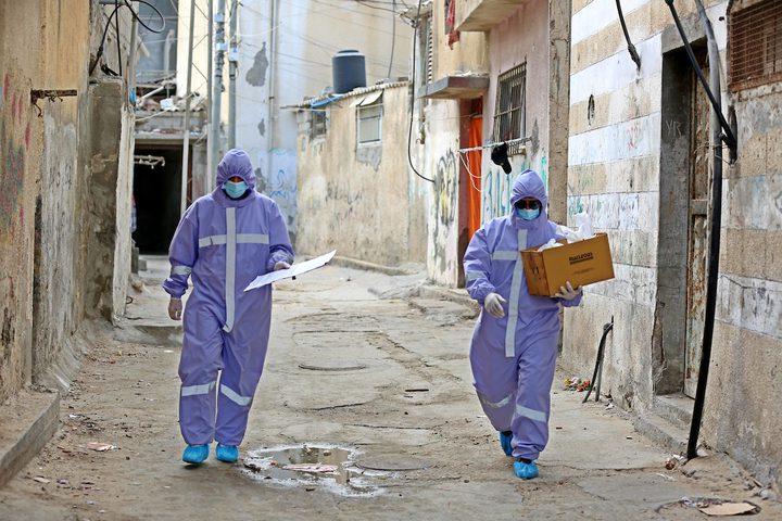 ممرضون من الأونروا يوزعون العلاج الشهري للأمراض المزمنة في دير البلح خلال حظر التجوال المفروض بسبب جائحة كورونا