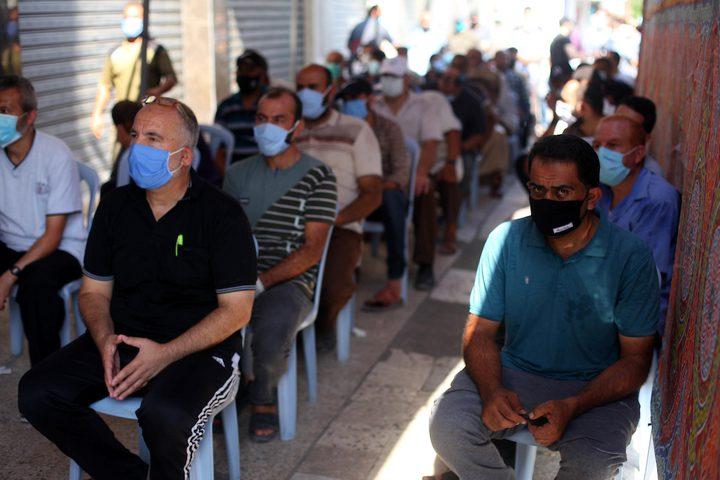 الموظفون وهم ينتظرون نزول رواتبهم من امام أجهزة الصراف الآلي في غزة