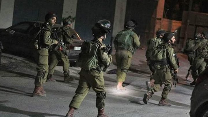 الاحتلال يعتقل 3 مواطنين ويداهم عدة منازل في بيت لحم والخليل