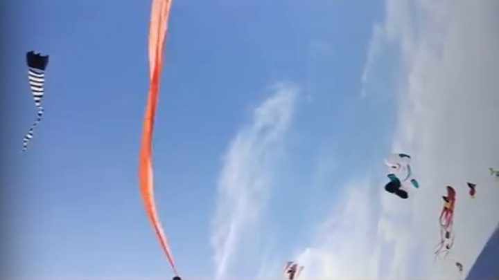 شاهد طائرة ورقية تخطف طفلة إلى السماء