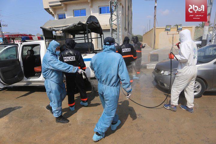 حملة تعقيم للسيارات على مدخل مخيم المغازي بقطاع غزة