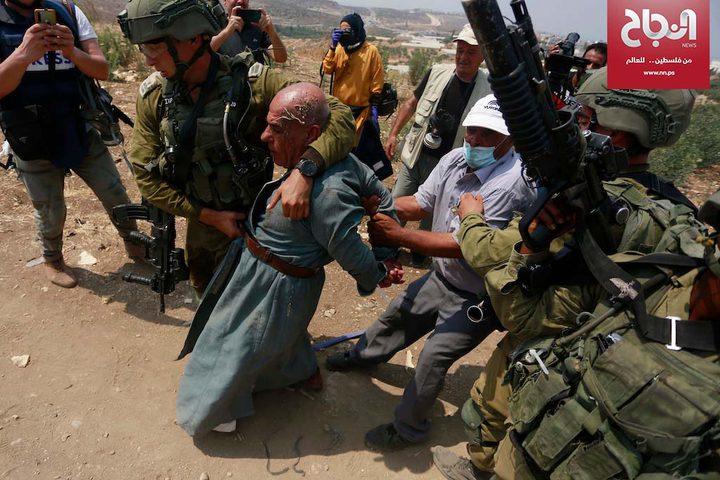 قوات الاحتلال تعتدي على مسنا خلال مظاهرة ضد الاستيطان جنوب طولكرم